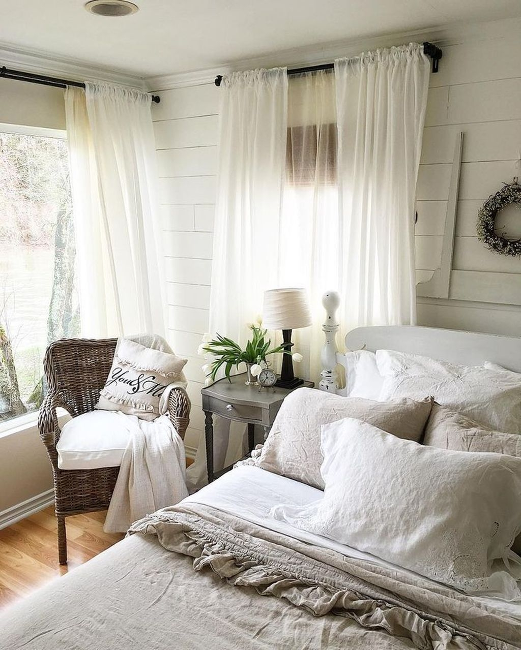 Amazing Farmhouse Style For Cozy Bedroom Decorating Ideas19