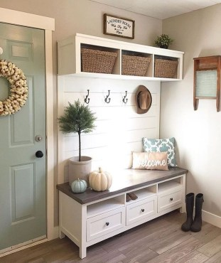 Beautiful Farmhouse Mudroom Remodel Ideas09
