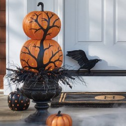 Stylish Wicked Halloween Porch Decorating Ideas On A Budget04
