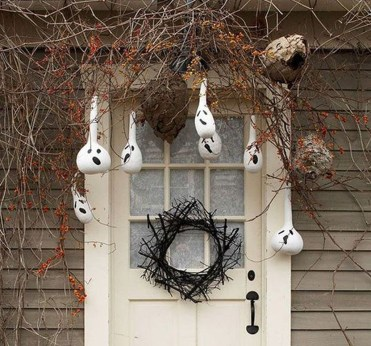 Stylish Wicked Halloween Porch Decorating Ideas On A Budget05