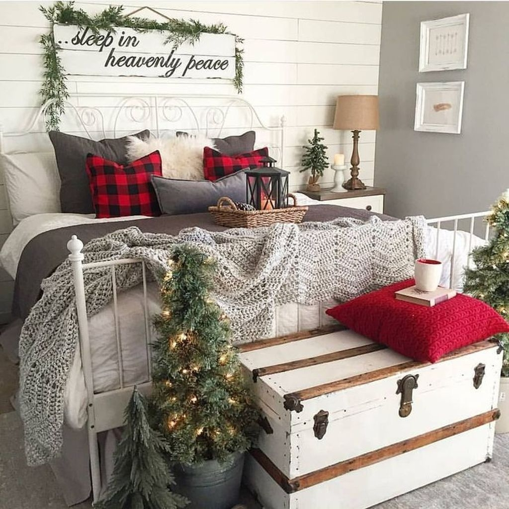 Minimalist Farmhouse Christmas Bedroom Decoration Ideas49