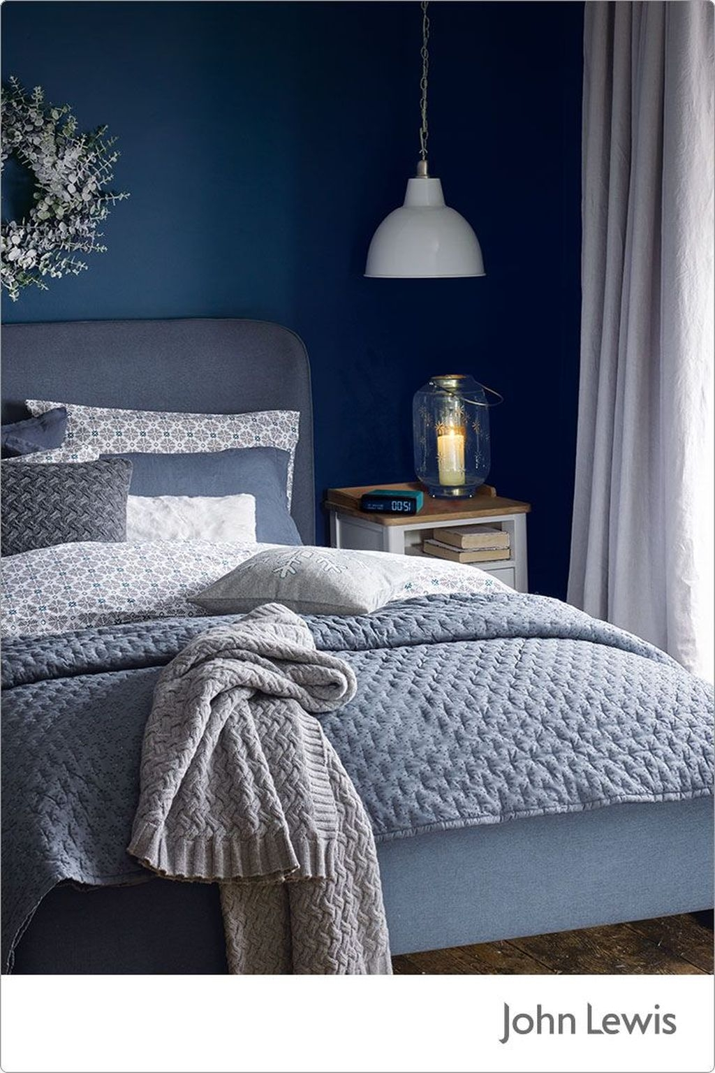 Perfect Christmas Bedroom Decorating Ideas10
