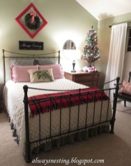 Perfect Christmas Bedroom Decorating Ideas21