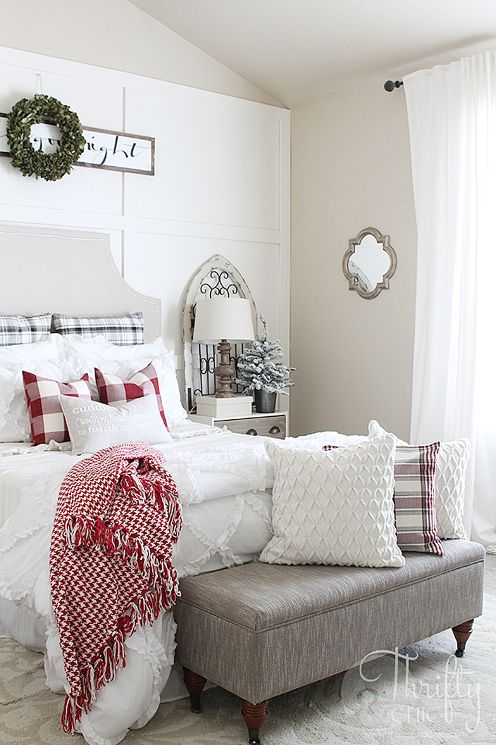 Perfect Christmas Bedroom Decorating Ideas36