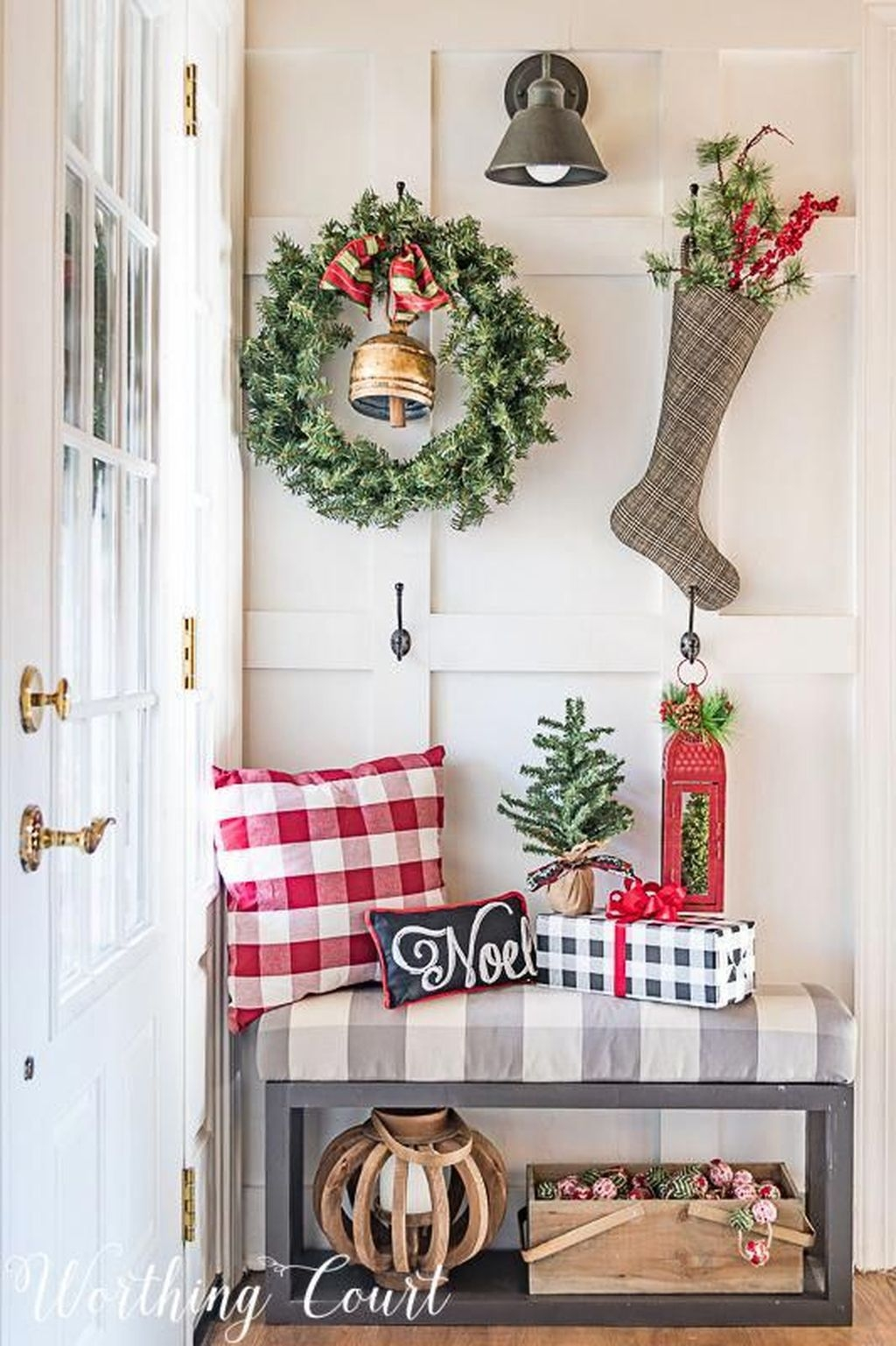 Stunning Farmhouse Christmas Entryway Design Ideas05