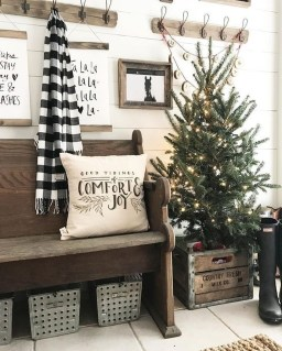 Stunning Farmhouse Christmas Entryway Design Ideas10