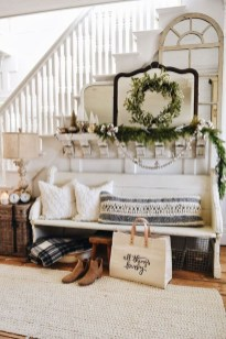Stunning Farmhouse Christmas Entryway Design Ideas37