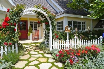 Beautiful Front Yard Cottage Ideas For Garden Landscaping05