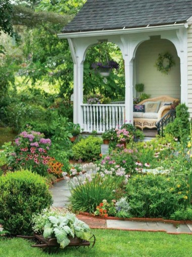 Beautiful Front Yard Cottage Ideas For Garden Landscaping23
