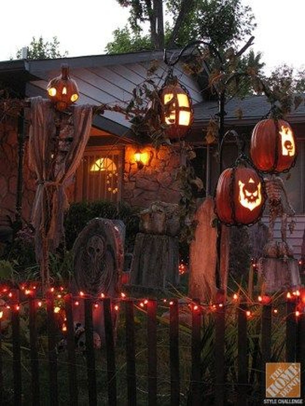 Amazing Outdoor Halloween Decorations Ideas For This Year19