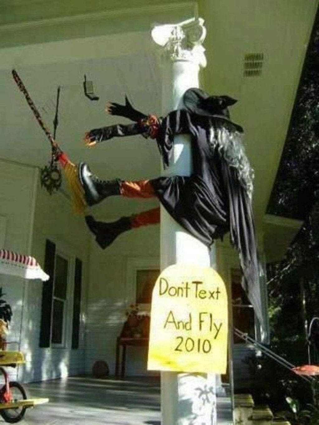 Amazing Outdoor Halloween Decorations Ideas For This Year20
