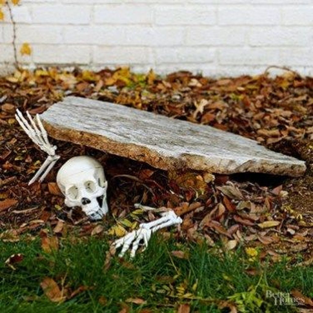 Amazing Outdoor Halloween Decorations Ideas For This Year22