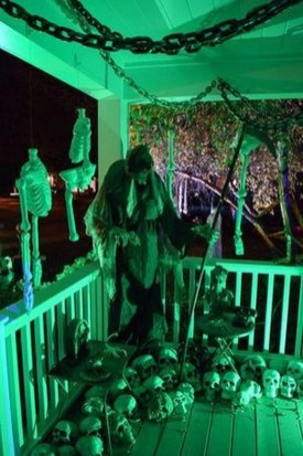 Awesome Scary Halloween Porch Ideas To Try Today26