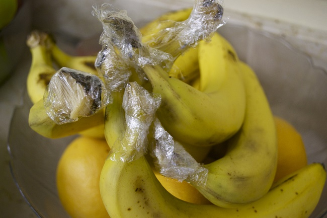 Banana stems should be wrapped in plastic wrap