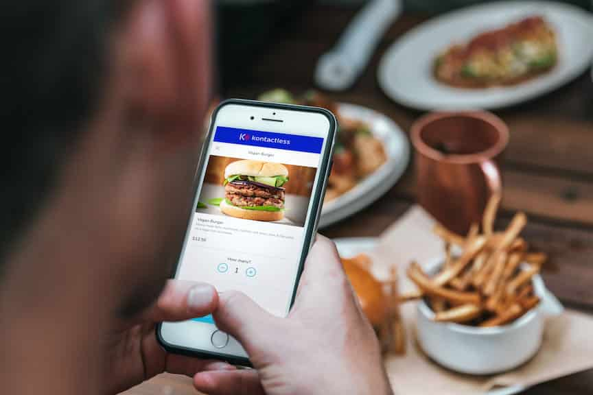 Customer ordering food through Kontactless
