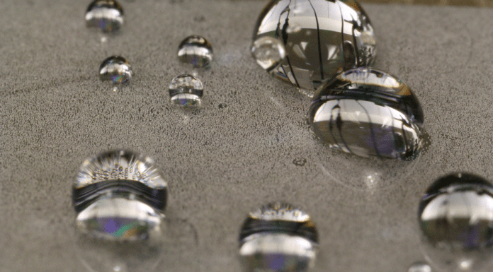 Demonstrating the ability of the material to withstand condensation, this photo shows that the droplets maintain their round shapes even as the surface begins to be covered by newly forming dewdrops, which are seen as a speckled pattern on the surface. Images: Kyle Wilke