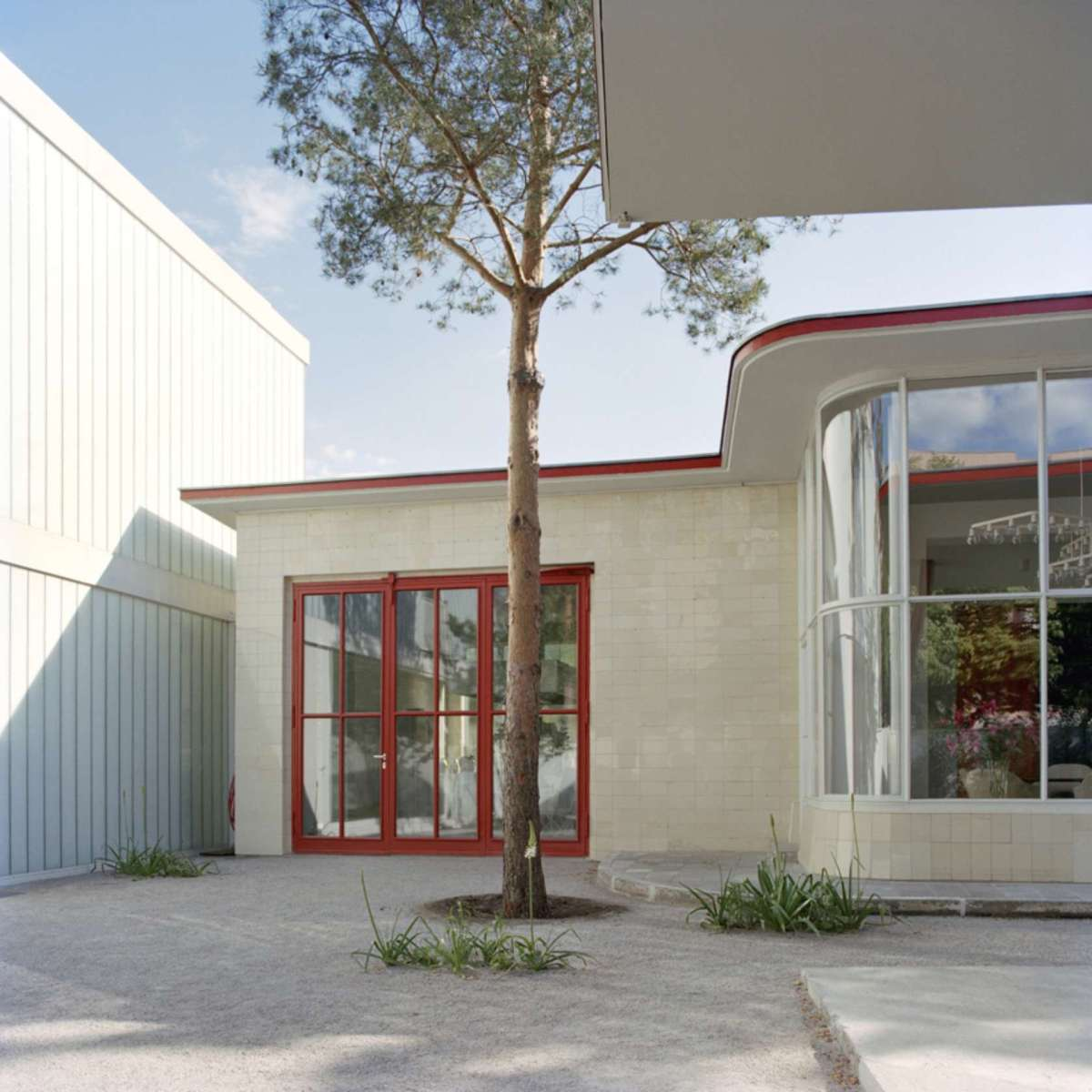 juerg-judins-converted-1950-gas-station-home-6