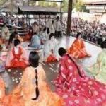 八坂神社かるた始め式で十二単舞う