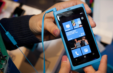 Nokia-Lumia-800-homescreen-blue1