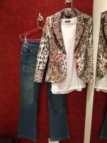 Trendy Store_Blazer animal print, blusa branca algodão e flare jeans