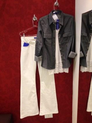 Camisa jeans e flare branca, o look de maior sucesso nos blogs de moda