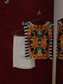 Trendy Store_Blusa estampada e saia lapis off-white