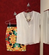 Trendy Store_Camisa off-white e saia estampada amarelo e preto