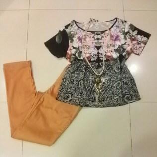 Trendy Store_Blusa floral + calça reta camelo
