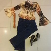 Trendy Store_Blusa manga boca-de-sino e calça jeans flare escura