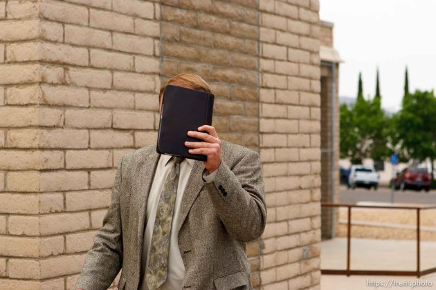 Fischer covering his face walking to court at Kelly Fischer trial; 7.05.2006