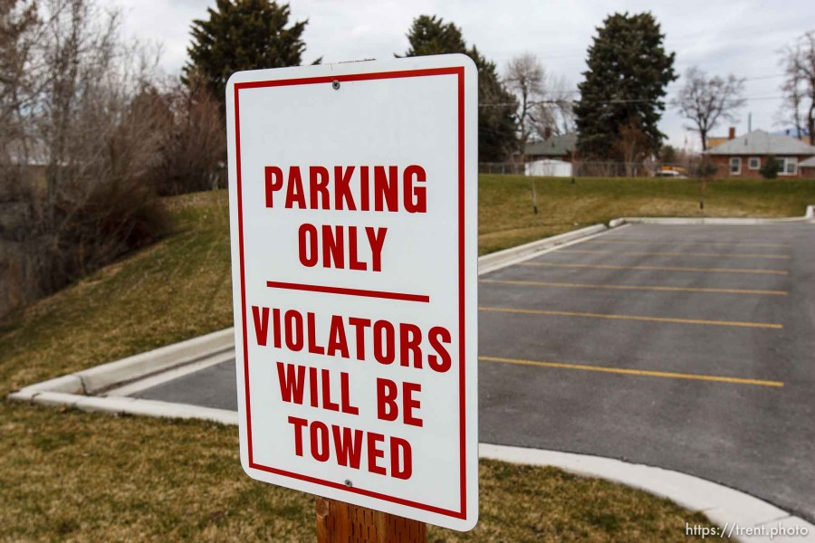 parking only violators will be towed sign.