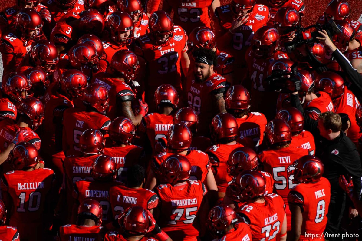 Trent Nelson | The Salt Lake Tribune Utah Utes defensive tackle Viliseni Fauonuku (98) takes the center of the huddle before kickoff as Utah faces BYU in the Royal Purple Las Vegas Bowl, NCAA football at Sam Boyd Stadium in Las Vegas, Saturday December 19, 2015.