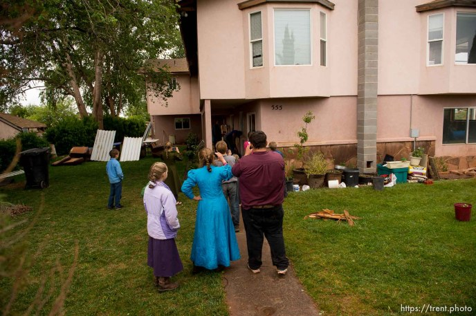 Trent Nelson | The Salt Lake Tribune FLDS children film a locksmith during the UEP eviction of property at 555 N Lauritzen Ave, Colorado City, AZ, Wednesday May 10, 2017.