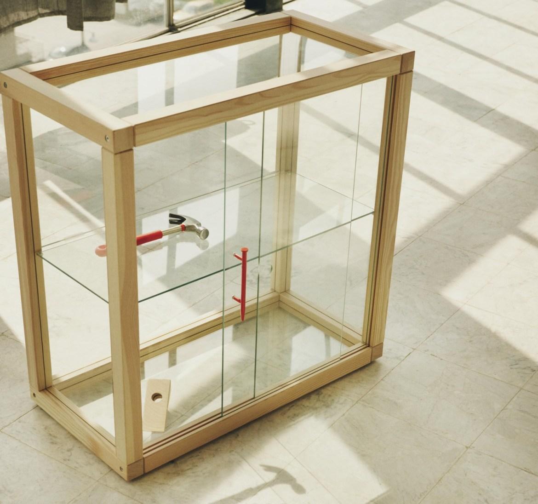meuble en bois et verre