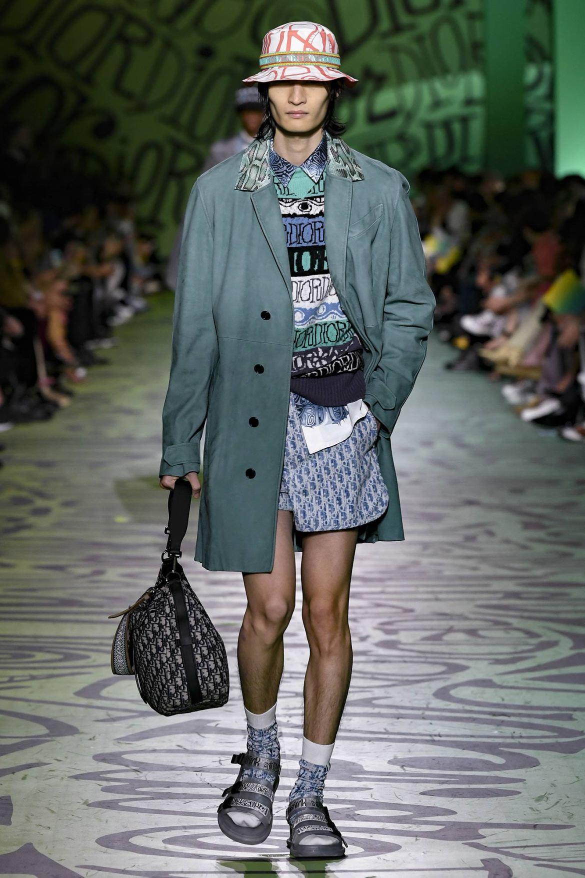 Un mannequin défile au show Dior x Stussy Art Basel Miami