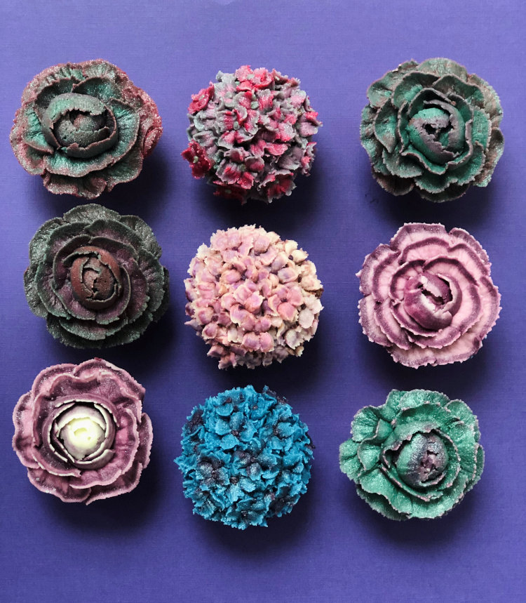 floral deecoration on cupcakes