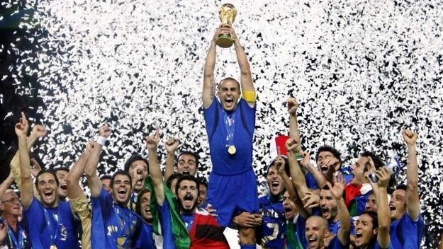 O capitão Fabio Cannavaro levanta a taça da Copa do Mundo (Imagem  UOL) dd31f5d9b5b48