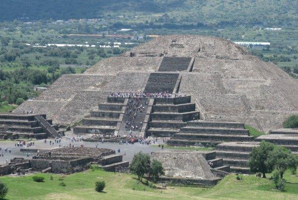 Piramida Ksiezyca z Piramidy Sloncaw