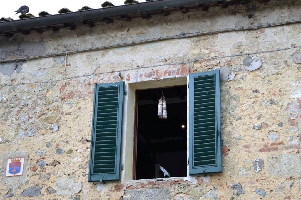 In terre toscane i salumi hanno da sempre la fama di essere prestigiosi. A monteriggioni li espongono dalle finestre!