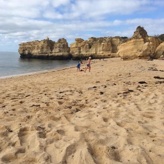 Le spiagge dell'Algarve sono selvagge e fascinose. Ideali per rilassarsi al rumore delle onde.
