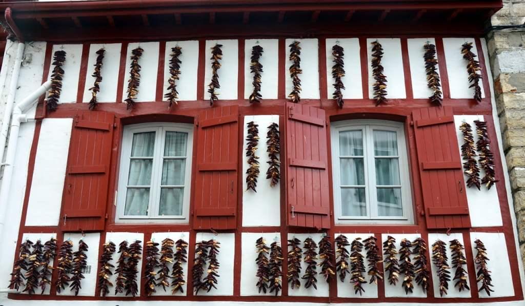 Il simbolo dei Paesi Baschi è il famoso peperoncino di Espetelette. Questo incantevole borgo, con le facciate ornate di ghirlande di peperoncino rosso, è una meta molto gettonata della regione. Trovate ogni tipo di souvenir decorato con i famosi peperoncini di espetelette.