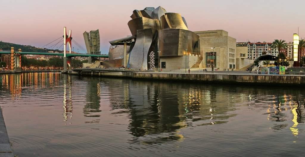 Il Guggenheim Museum si è trasformato in un'importantissima attrazione turistica, richiamando visitatori da numerosi paesi del mondo, diventando così il simbolo della Città di Bilbao.