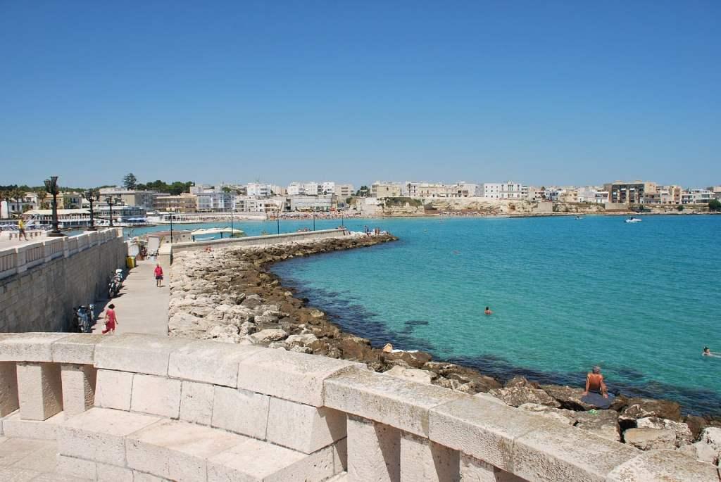 Otranto si affaccia sul mare Adriatico, con le sue acque cristalline e spiagge grandi di sabbia fine.