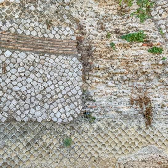 Le pareti dell'antica villa romana di Gneo Fonteo sono ancora perfettamente conservate. I muri in opus reituculatum sono davvero sorprendenti.