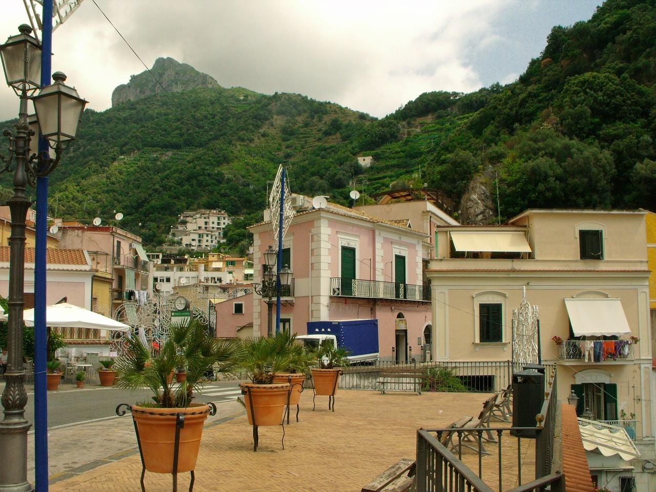 Cetara, famosa per la colatura di alici, è il borgo più autentico della costiera amalfitana.
