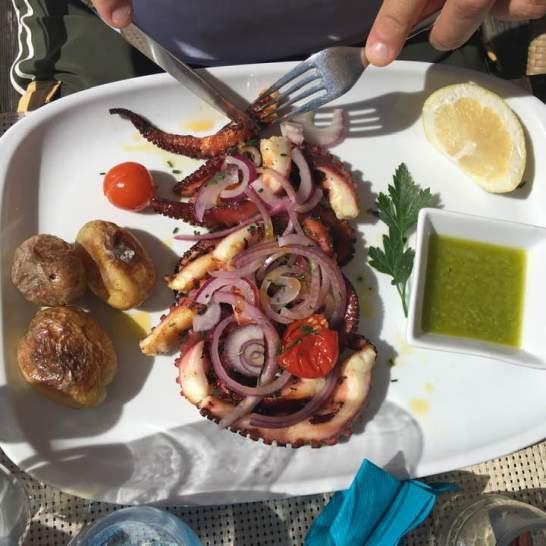 Una delle specialità portoghesi più gustose da provare è senz'altro il polpo fritto, accompagnato da deliziose salsine aromatiche.