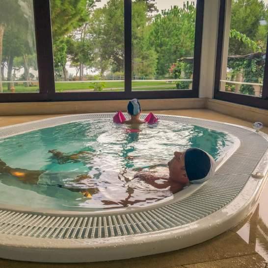 Sono diverse le piscine a disposizione degli ospiti del Pine Cliff resort Algarve. Sia all'aperto che all'interno, ogni vasca offre percorsi sensoriali per coccolare adulti e bambini.