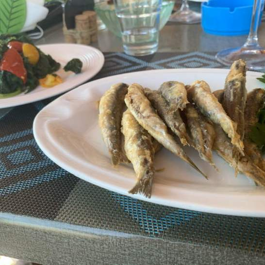 Da Mareduna abbiamo mangiato piatti semplici e genuini, come le alici fritte accompagnate da verdura rigorosamente arrivata dall'orto di famiglia.