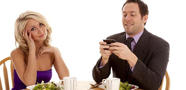 couple smartphoning