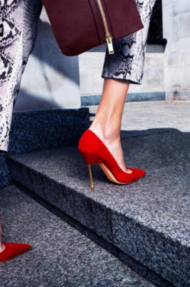 Глобиха жени заради страстта им към обувки на висок ток